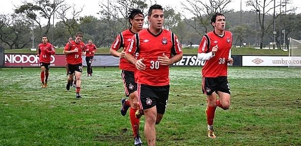 Jogadores do Atlético-PR, em treinamento físico no CT do Caju (05/06/02012)
