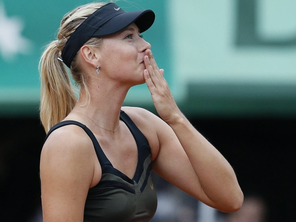 Maria Sharapova manda beijinhos depois de eliminar a estoniana Kaia Kanepi nas quartas de final de Roland Garros