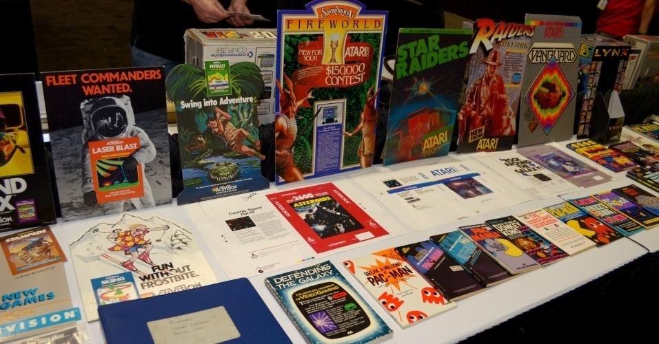 Nem só de novidades vive a E3. Há espaço para recordar o passado dos videogames: essas são propagandas e livros antigos de jogos