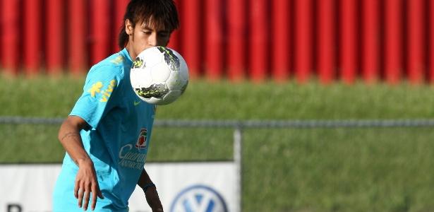 Neymar domina a bola durante o treino da seleção brasileira em Nova Jersey