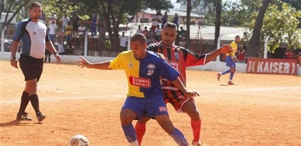 O Mocidade Cabuçu (vermelho) venceu o Só Embaça (azul) por 2 a 1, no Flamengo de Vila Maria