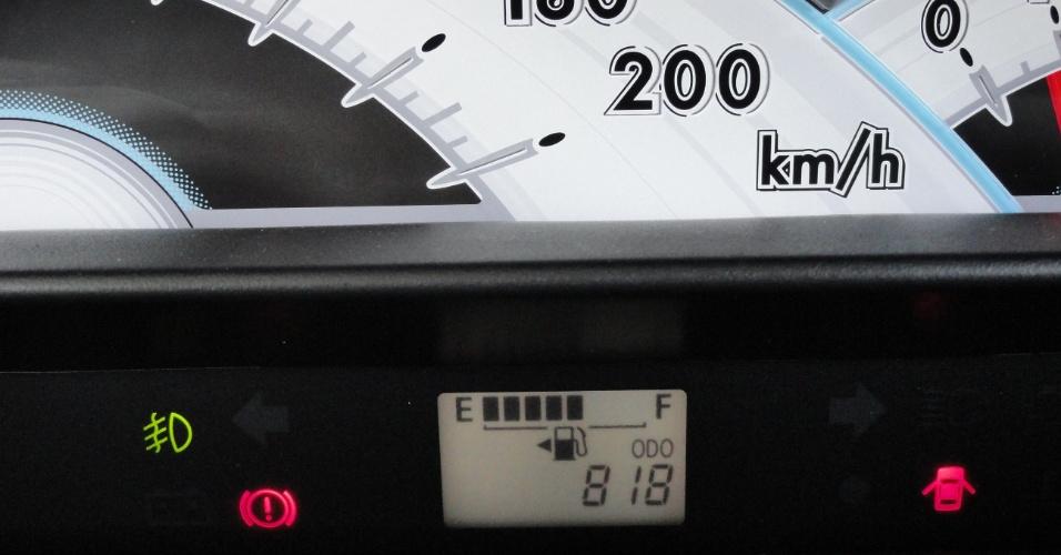 O painel, centralizado, tem velocímetro desproporcional e um marcador de combustível quase invisível