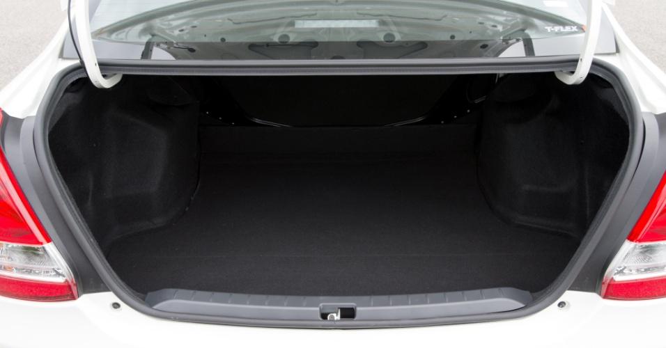 Porta-malas do sedã raspa nos 600 litros; o do hatch leva 263 litros (sem rebater)