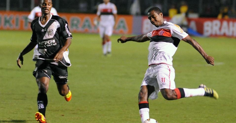 Renato Abreu, meia do Flamengo, tenta cruzamento na partida contra a Ponte Preta, em Campinas