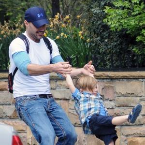 Ricky Martin brinca com o filho Valentino pelas ruas de Nova York (10/5/12)
