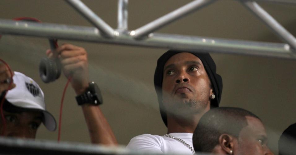Ronaldinho Gaúcho assiste da tribuna à partida entre Atlético-MG e Bahia, em Belo Horizonte
