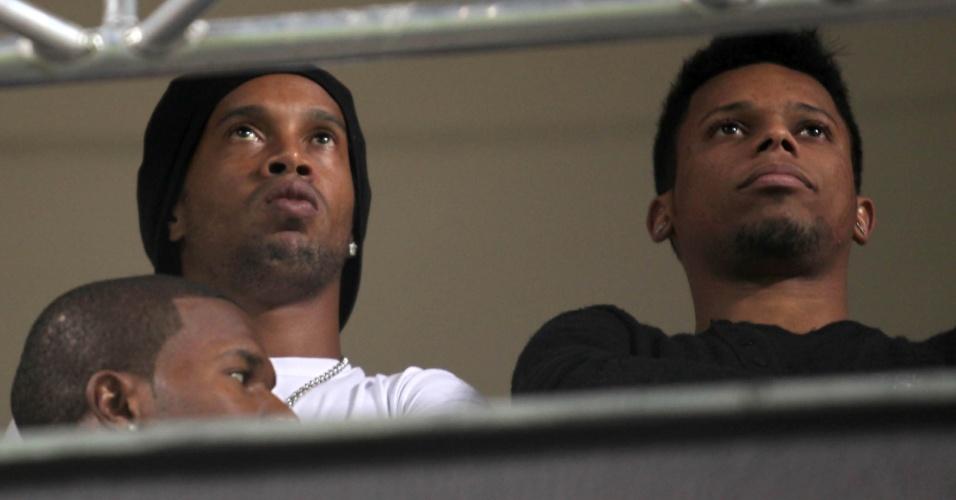 Ronaldinho Gaúcho assiste da tribuna, ao lado de André, à partida entre Atlético-MG e Bahia, em Belo Horizonte