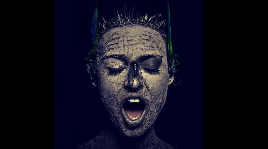 Thaila Ayala divulgou uma imagem onde aparece com o rosto pintado e um enorme inseto em cima do nariz (6/6/12)
