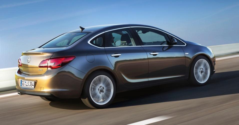 Dentre as sete opções de motor para a Europa, o novo Opel Astra estreia um novo motor 1.6 turbo, identificado pelo logo na tampa do porta-malas