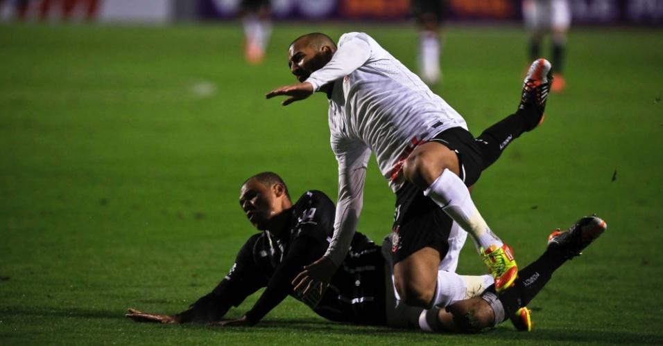 Anderson Conceição, zagueiro do Figueirense, faz falta dura em Emerson, do Corinthians, e é expulso