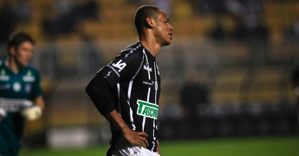 Anderson Conceição, zagueiro do Figueirense, lamenta após ser expulso na partida contra o Corinthians