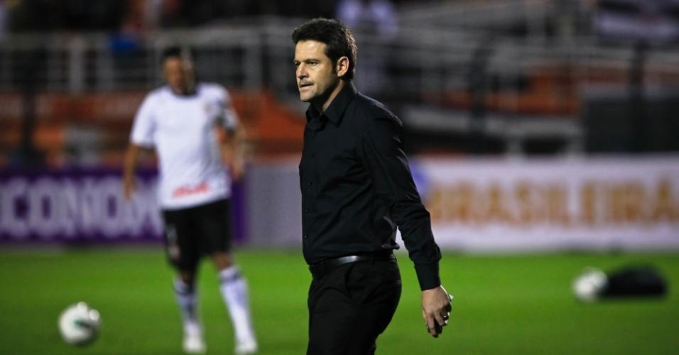 Argel Fucks, técnico do Figueirense, entra no gramado do Pacaembu para o duelo contra o Corinthians