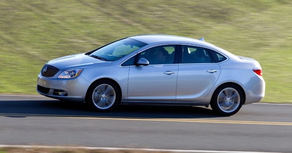 Buick Verano (foto) é a base do novo Opel Astra; veja como o formato das janelas e das lanternas do sedã americano é idêntico ao do primo europeu