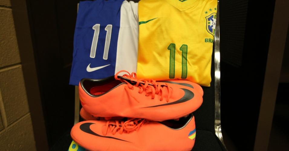 Chuteira e uniforme de Neymar prontos para o jogador usar no amistoso entre Brasil e Argentina