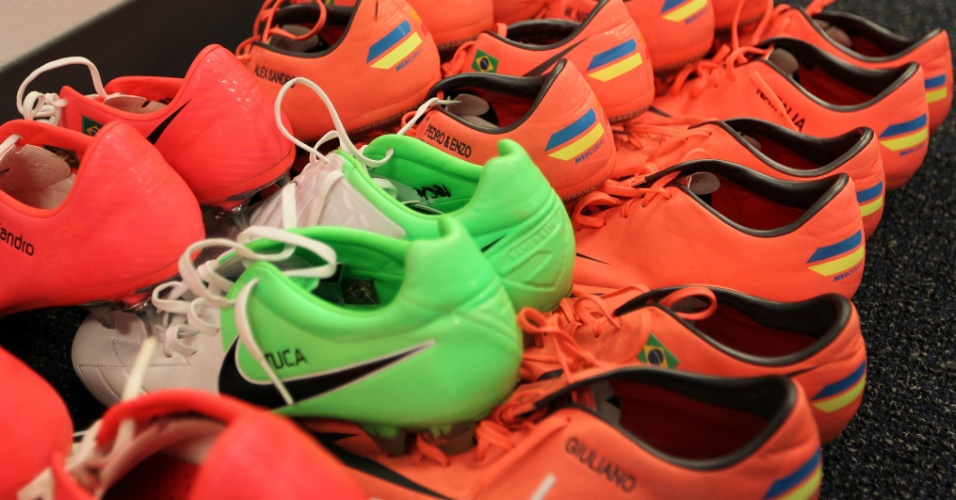Chuteiras dos jogadores da seleção brasileira foram personalizadas para o amistoso contra a Argentina
