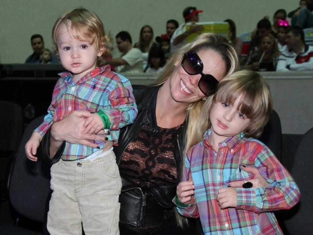Danielle Winits levou os filhos Guy (esq) e Noah (dir) para assistirem ao espetáculo