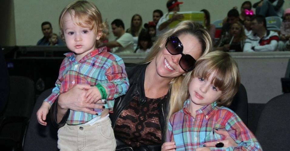 """Danielle Winits levou os filhos Guy (esq) e Noah (dir) para assistirem ao espetáculo """"Disney On Ice - 100 Anos de Magia"""", no Ginásio do Maracanãzinho, zona norte do Rio (7/6/12)"""