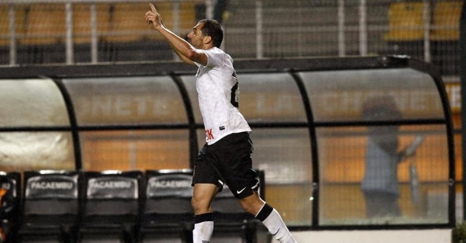 Danilo comemora após marcar um gol para o Corinthians na partida contra o Figueirense, pelo Brasileirão