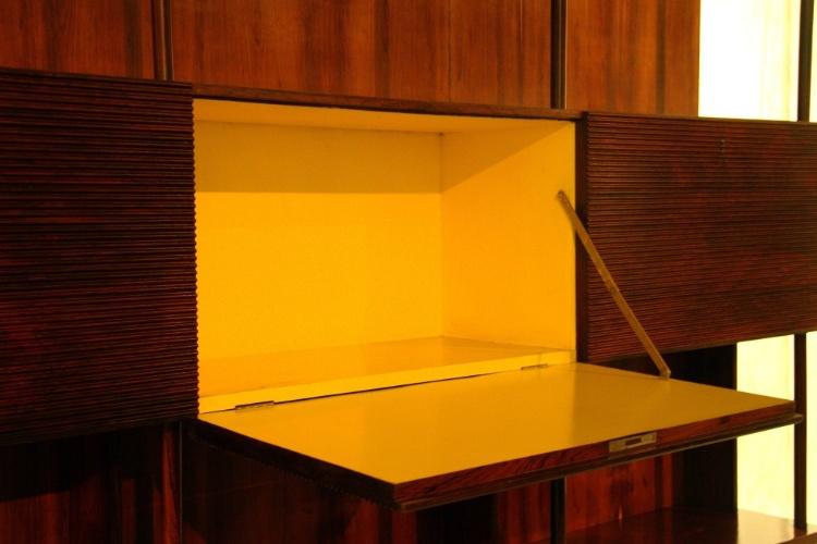 Detalhe da estante de madeira de jacarandá do brasileiro Joaquim Tenreiro, dos anos 1950, uma das peças expostas no Mude, museu de Lisboa dedicado ao design de móveis e vestuário do século 20