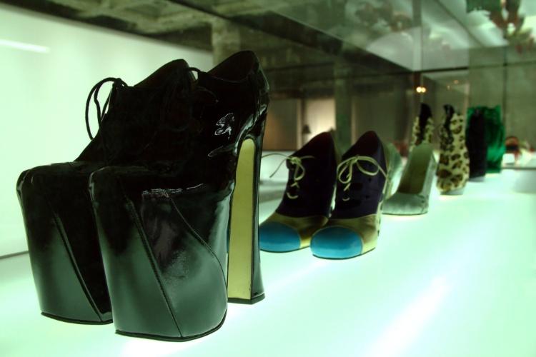 Diferentes designs de sapato também podem ser vistos no Mude, em Lisboa, como esta plataforma com biqueira arredondada, criação de 1993 da inglesa Vivienne Westwood