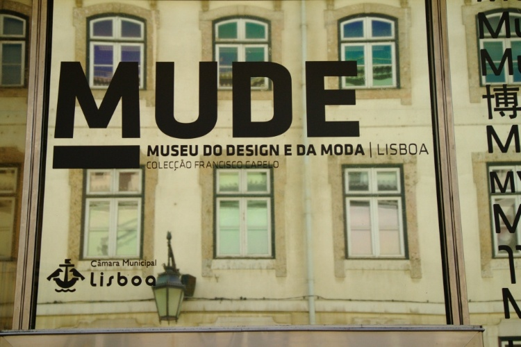 Edifícios históricos da Baixa-Chiado, em Lisboa, são refletidos em fachada do Mude, museu português que relembra as tendências e evoluções da moda e do design de móveis no mundo ao longo do século 20