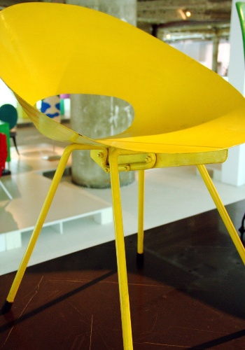 Esta cadeira de 1950 do artista americano Donald Knorr utiliza materiais de baixo custo como folha metálica, borracha e tubo de aço. Esta é uma das peças em exposição no Mude, museu de Lisboa dedicado ao design de móveis e roupas do século 20