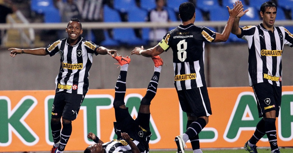 Jogadores do Botafogo comemoram gol da equipe na partida contra o Cruzeiro, no Engenh&#227;o