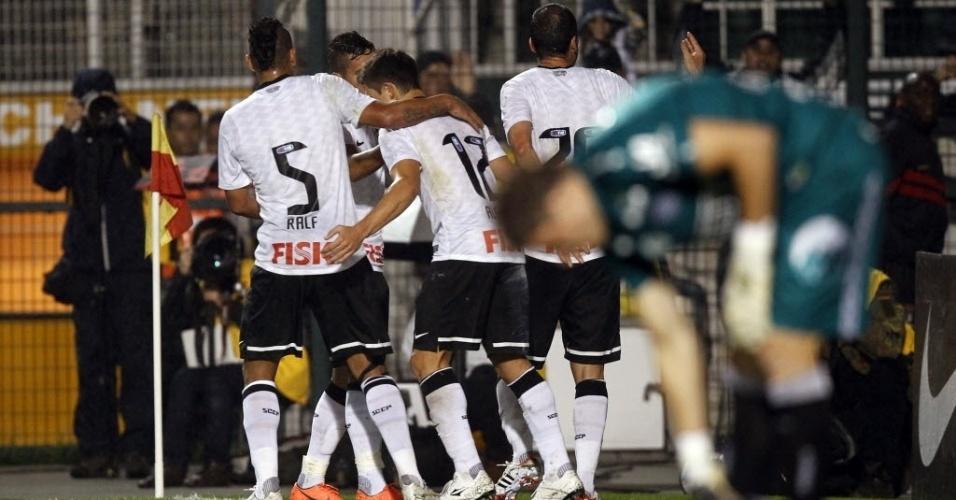 Jogadores do Corinthians comemoram o gol marcado por Danilo na partida contra o Figueirense