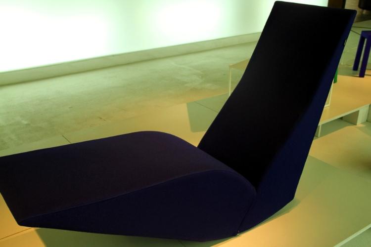 Localizado no centro de Lisboa, o Mude abriga peças de design de móveis do século 20 como a Espreguiçadeira Bird do inglês Tom Dixon. Criada em 1990, a peça é feita com madeira, espuma de poliuretano e revestida com tecido