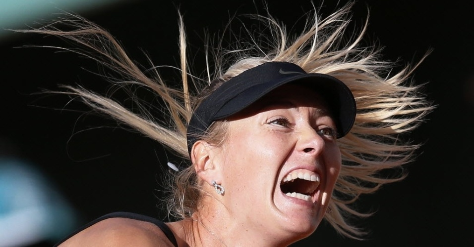 Maria Sharapova grita durante saque na semifinal contra Petra Kvitova