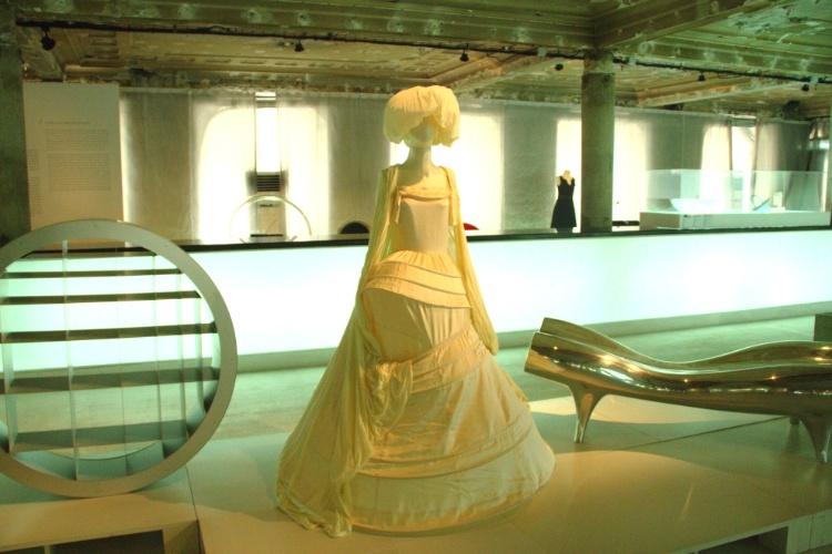 Móveis e peças de vestuário do século 20, como este vestido de noiva do japonês Yohji Yamamoto criado em 1999, podem ser vistos neste museu de moda e design de Lisboa. Feita em algodão, a peça faz parte da coleção 'Pronto para Vestir'