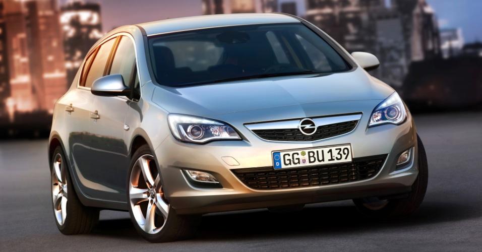 Novo Opel Astra estreia no Salão de Moscou (Rússia) no final de agosto, com sete opções de motorização para a Europa (quatro a gasolina e três a diesel)