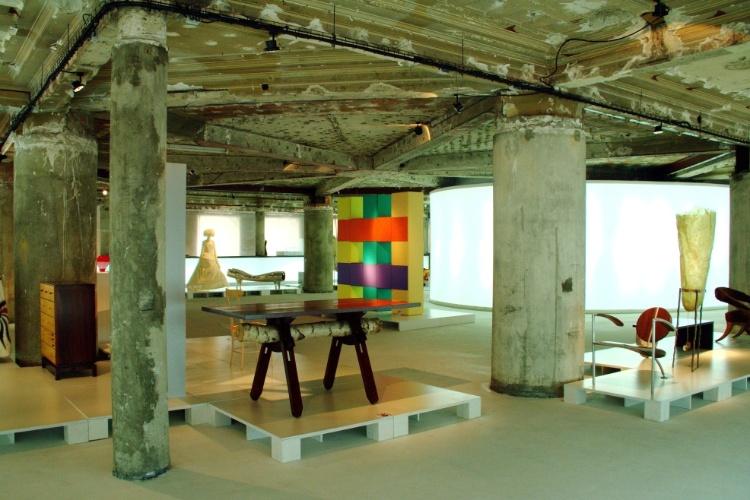 O Museu do Design e da Moda, em pleno centro histórico de Lisboa, possui acervo com mais de 2.500 peças entre móveis, objetos do cotidiano, roupas, calçados e acessórios que relembram as tendências e evoluções da moda e do design no mundo ao longo do século 20