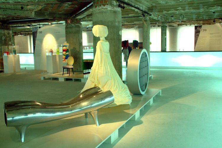 O Museu do Design e da Moda, no centro histórico de Lisboa, possui acervo com mais de 2.500 peças entre móveis, objetos do cotidiano, roupas, calçados e acessórios que relembram as tendências e evoluções da moda e do design no mundo ao longo do século 20