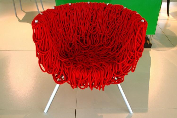 O museu português Mude relembra também o design de móveis brasileiro como a cadeira Vermelha, obra de 1993 dos irmãos Campana que ficou conhecida, mundialmente, por sua estrutura de aço inoxidável coberta com 500 metros de corda
