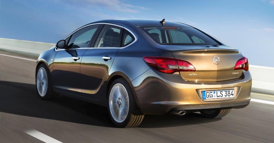 O novo Opel Astra sedã tem 4,66 m de comprimento, 1,81 m de largura, 1,48 m de altura e o mesmo entre-eixos de um Chevrolet Cruze sedã: 2,69 m