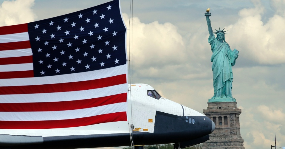 O &#244;nibus espacial Enterprise passa pela Est&#225;tua da Liberdade, no rio Hudson, em seu caminho para o museu  Intrepid Sea, Air and Space, onde ficar&#225; em exposi&#231;&#227;o