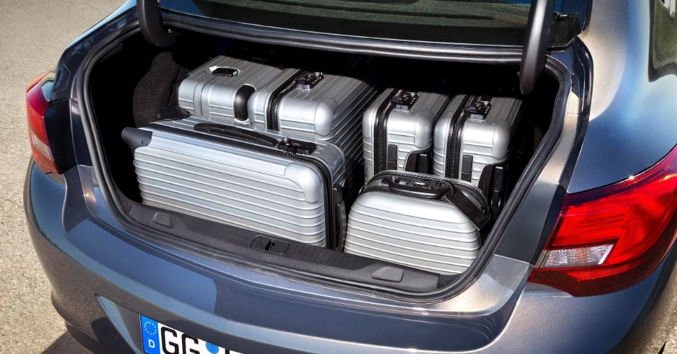 O porta-malas varia entre grande (460 litros, posição normal) e gigante (1.010 litros, volume máximo obtido com os bancos traseiros rebatidos)