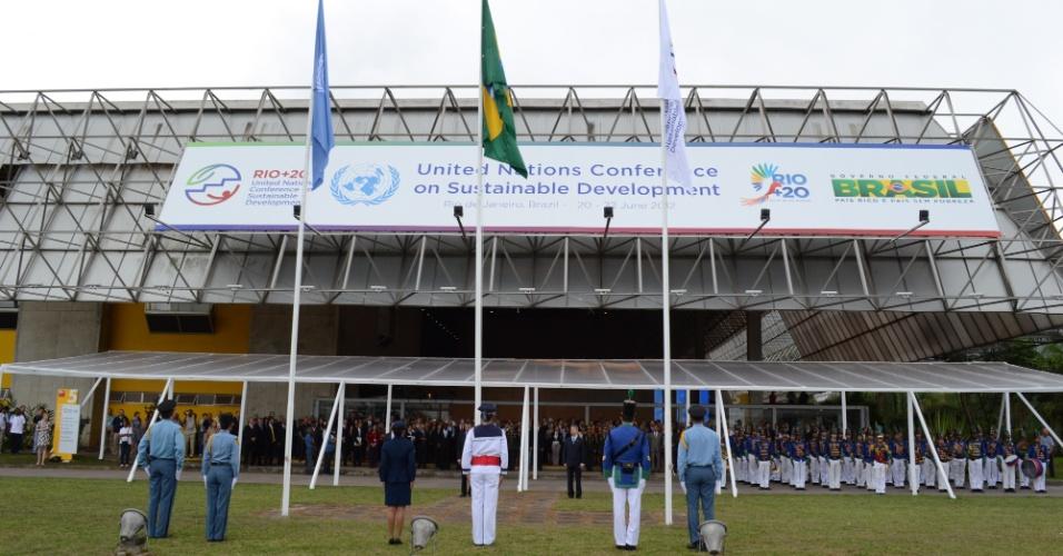 O prefeito do Rio de Janeiro Eduardo Paes e o Ministro Laudemar Aguiar, secretario Nacional do Comitê Nacional de Organização da Rio + 20, participam da cerimonia de hasteamento da bandeira das Nações Unidas no RioCentro. A cerimonia da início a entrega oficial do local para a ONU