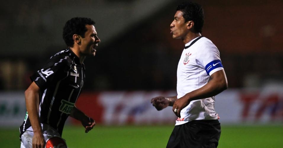 Paulinho, volante do Corinthians, discute com jogador do Figueirense durante confronto no Pacaembu