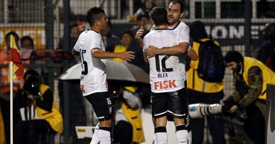 Ramon e Alex comemoram com Danilo o gol do Corinthians marcado pelo meia na partida contra o Figueirense