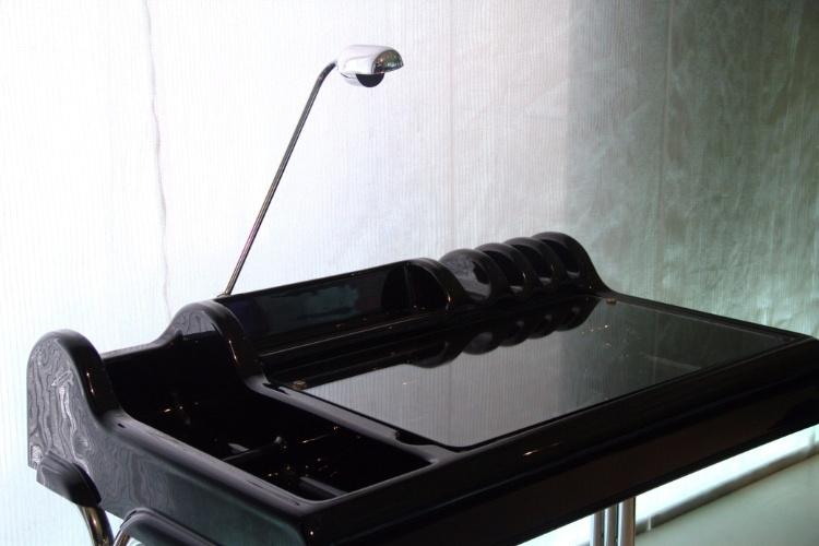 Resina ABS  e metal cromado são os materiais utilizado na criação desta estação de trabalho para secretária, de 1973, dos italianos Vittorio Parigi e Nani Prina. Esta é uma das peças de design do século 20 que podem ser vistas no Mude, em Lisboa