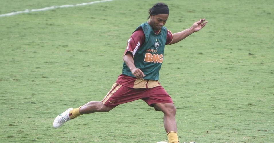 Ronaldinho Gaúcho participa de treino do Atlético-MG (5/6/2012)
