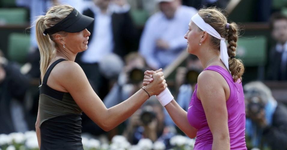 Sharapova (esq) e Kvitova se cumprimentam ao final do duelo entre as duas em Roland Garros