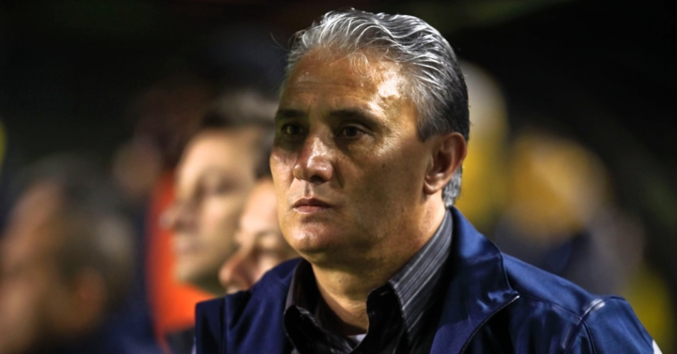 Tite observa a partida entre Corinthians e Figueirense, no Pacaembu, pelo Campeonato Brasileiro