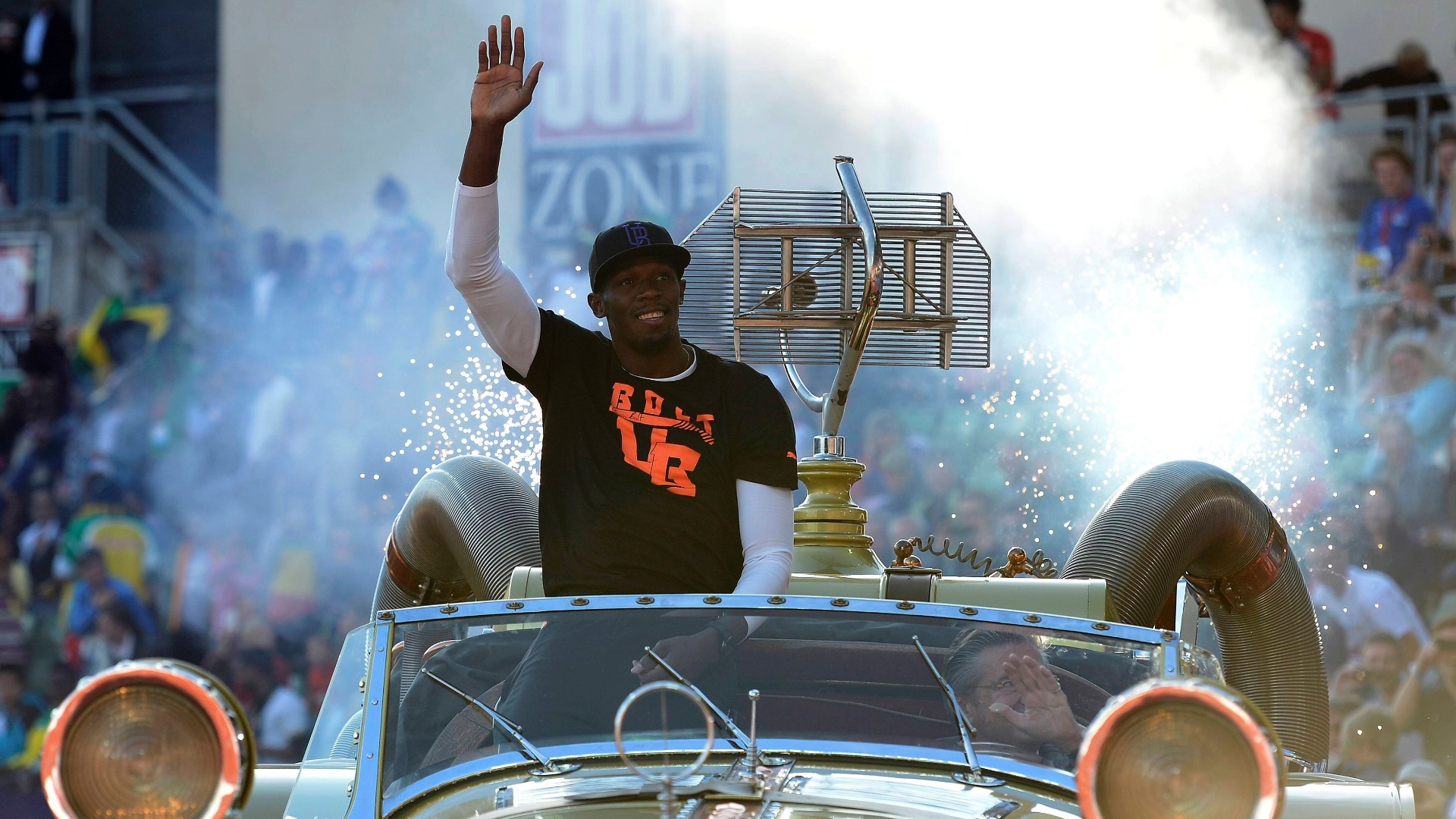 Usain Bolt acena para a torcida na Noruega em cima de um carro conversvel dourado; jamaicano vai disputar uma etapa da Liga de Diamante
