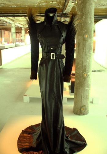 Vestido com corpo de couro e mangas de penas, criado pelo francês Jean-Paul Gaultier no final da década de 1990, pode ser visto no Mude, museu de Lisboa que relembra as tendências e evoluções da moda e do design no mundo ao longo do século 20