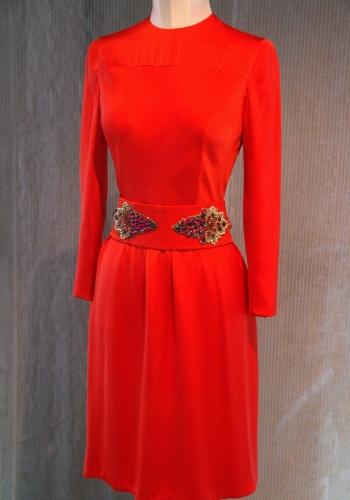 O vestido vermelho de seda decorado com pedrarias, do estilista italiano Valentino, criado em 1971, é uma das obras que podem ser vistas no museu de Lisboa que relembra as tendências e evoluções da moda e do design no mundo ao longo do século 20