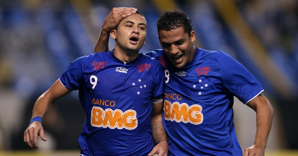 Wellington Paulista comemora o terceiro gol do Cruzeiro na partida sobre o Botafogo, no Engenh&#227;o