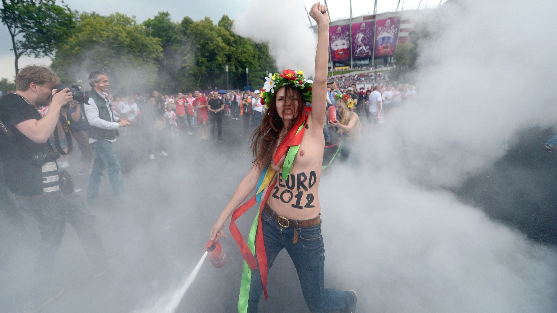 8.jun.2012 - Ativista do grupo feminista Femen protesta contra a prostituio na abertura da Eurocopa em Varsvia, na Polnia